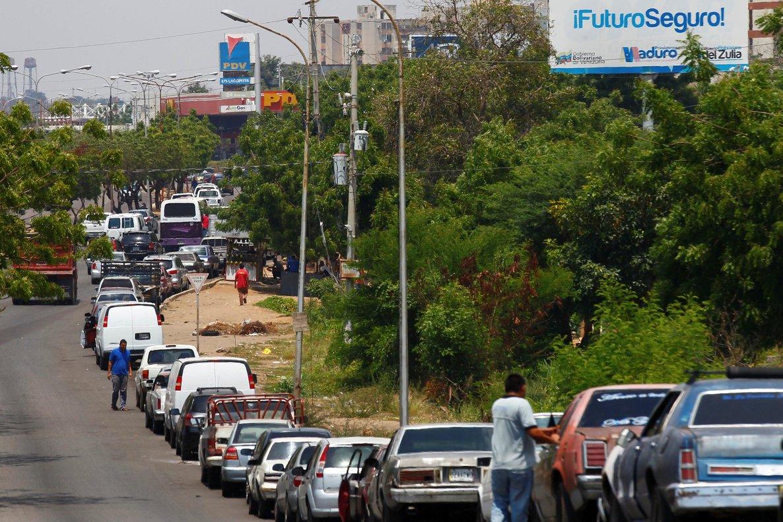 Largas filas de autos para conseguir gasolina en Venezuela.