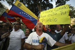Ciudadanos venezolanos apoyan al presidente interino Juan Guaidó.