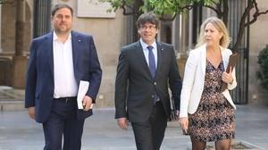 El vicepresidente del Govern, Oriol Junqueras; el presidentCarles Puigdemont y la portavoz Neus Munté, en el Palau de la Generalitat.