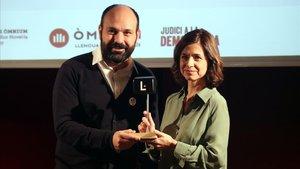 El vicepresidente de Òmnium Cultural, Marcel Mauri, entrega el premio a Marta Orriols.