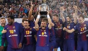 Víctor Tomàs levanta la Copa en el Madrid Arena.