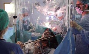 La violinista Dagmar Turner toca 'Summertime' mientras le extirpan un tumor cerebral.
