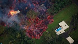 La lava del Kilauea se aproxima a una casa en Hawaï.