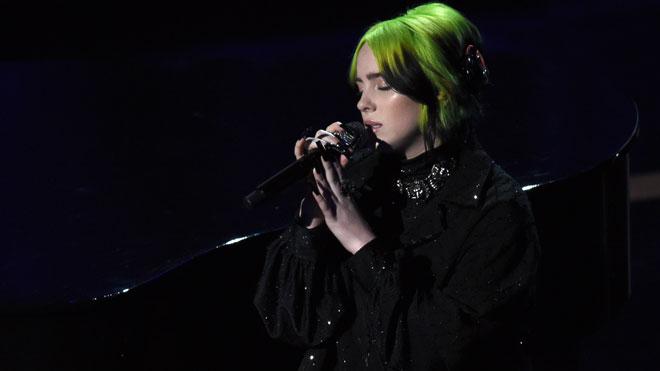 Billie Eilish emociona cantant 'Yesterday' en homenatge a Kobe Byant i Kirk Douglas als Oscars