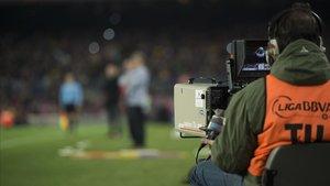 Cámara de televisión,durante la retransmisión de un partido de la Copa del Rey.
