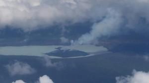Imagen aérea del volcán Manaro, que ha obligado a evacuar de forma definitiva una isla de Vanuatu.