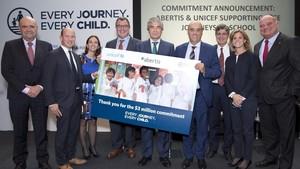 El responsable del área de Sector Privado de UNICEF para America Latina y el CaribeJorge Olague,el vicepresidente de AbertisFrancisco Reynésy el director ejecutivo de UNICEF Espana,Javier Martos, entre otros,tras firmar un acuerdo para llevar a cabo el proyectoGlobal Road Safety.