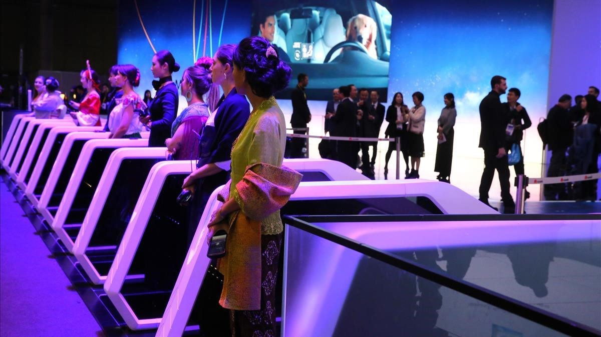 Azafatas en los accesos del Mobile World Congress para recibir a los 107.000 asistentes que pasaron por el congreso.