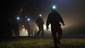 Imágen nocturna de mineros en Sudamérica.