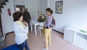 El ayuntamiento entrega las llaves de los primeros dos pisos de transicion a la vida independiente para personas con discapacidad intelectual en la Casa Bloc. En la foto, Ruth Núnez,una de las usuarias con sus padres.