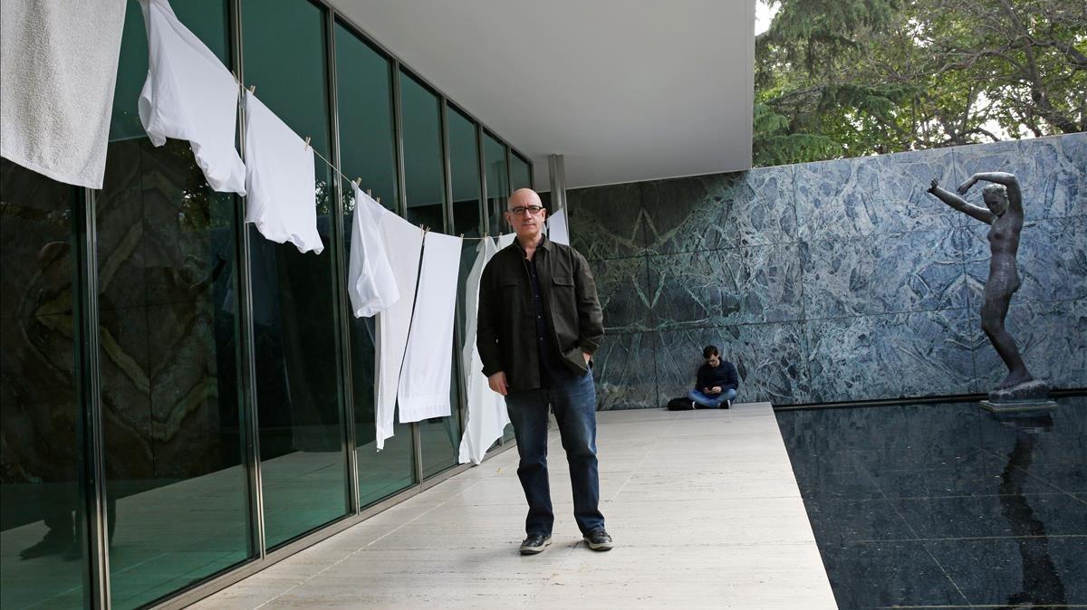 El artista visual Domènec, junto a parte de la intervención realizada en el Pavelló Mies van der Rohe.