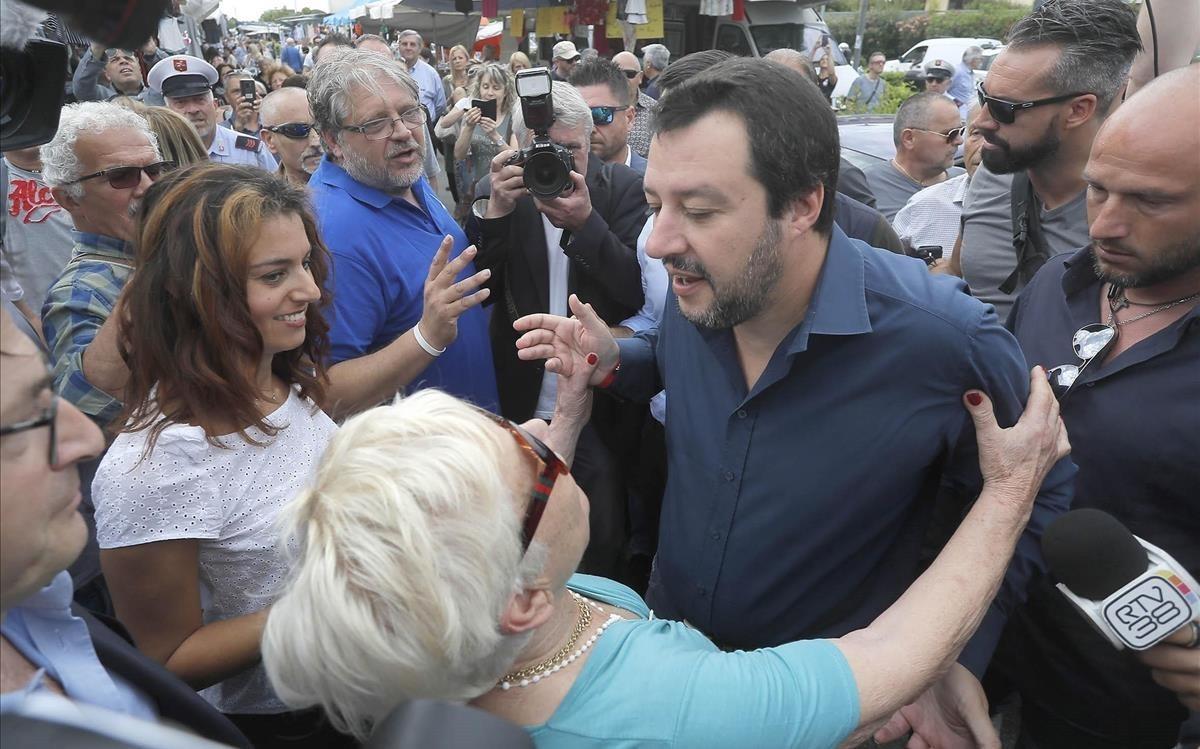 Matteo Salvini, centro, saluda a varios simpatizantes durante su visita a un mercado local en Pisa este miércoles.