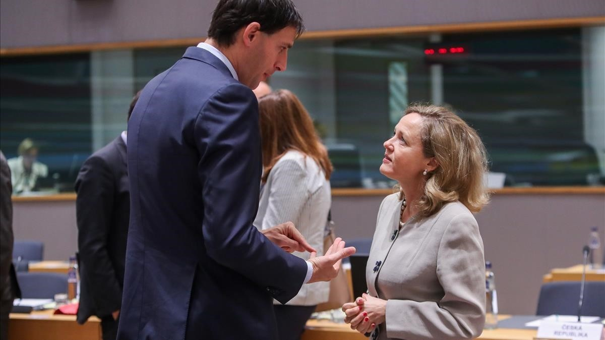 La ministra española de Economía, Nadia Calviño, y su homólogo holandés, Wopke Hoekstra, en la reunión del Ecofin, este viernes en Bruselas.