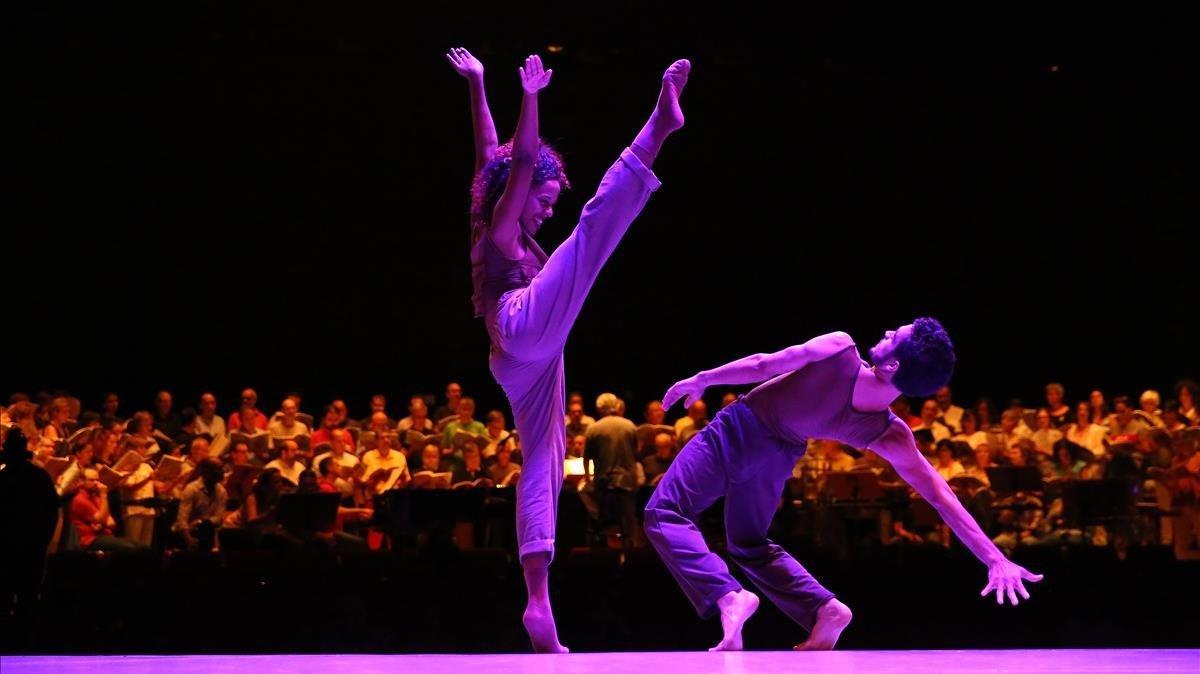 Un momento de la representación de 'Carmina Burana' por la Crea Dance Company, en Terrassa.