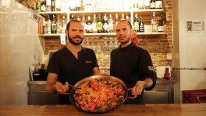 Jordi y Roger Mascarell, con una paella valenciana a la manera de La Safor.