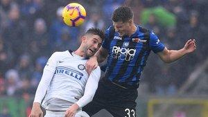 Roberto Gagliardini (Inter) y Hans Hateboer (Atalanta pugnan por el balón.