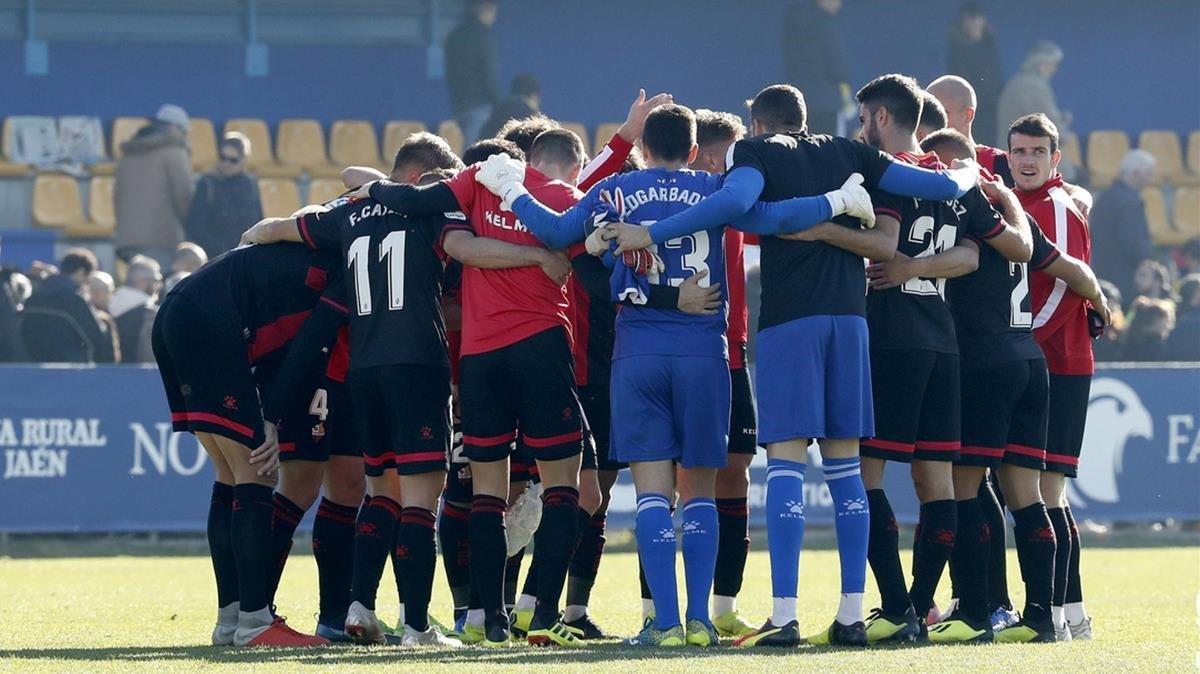 La 'melé' de futbolistas del Reus antes de enfrentarse y ganar 0-1 al líder, el Alcorcón.