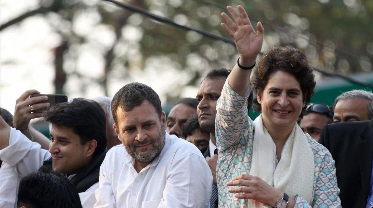 Priyanka Gandhi Vadra saluda a sus seguidores, junto a su hermano Rahul, líder del Partido del Congreso indio, el 11 de febrero del 2019, en Lucknow, capital del estado de Uttar Pradesh.