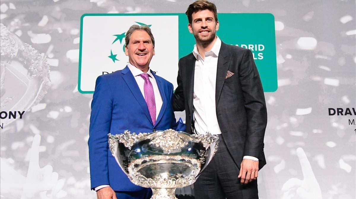 Los presidentes de la Federación Internacional de Tenis,David Haggerty, y de Kosmos,Gerard Piqué, en la presentación de la nueva Copa Davis.
