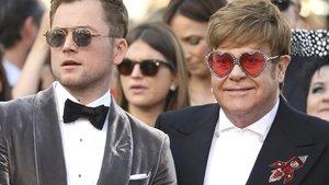 Taron Egerton, intérprete de Elton Johnen 'Rocketman', y Elton John, en Cannes.