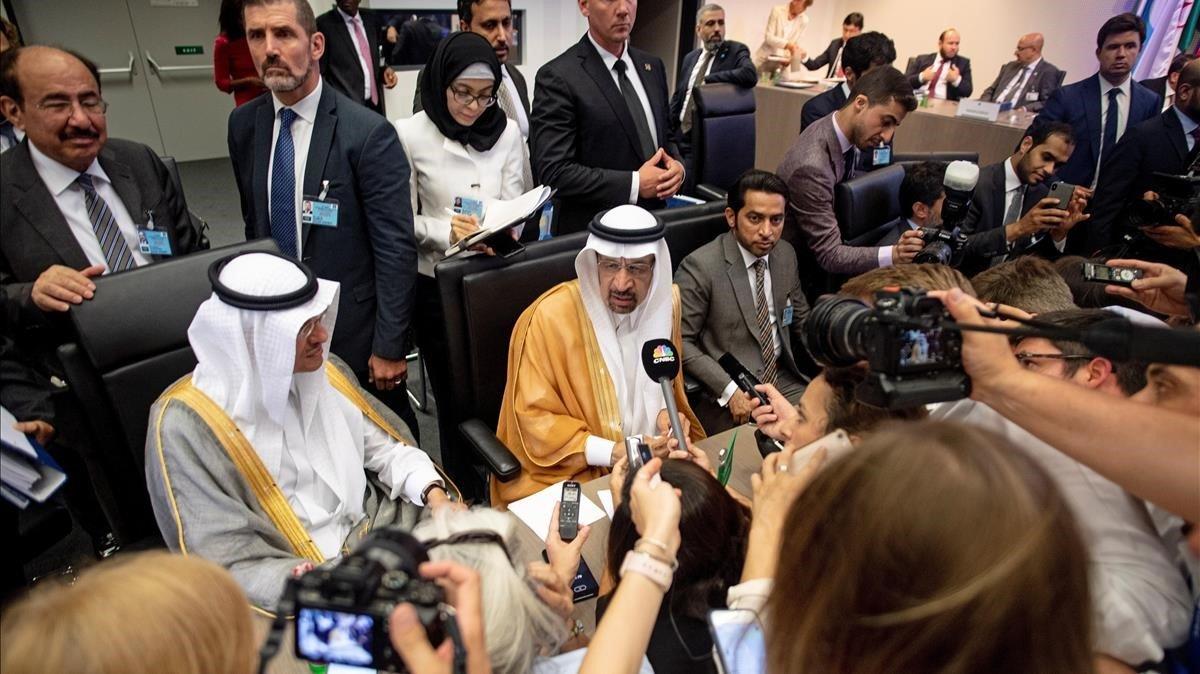 El ministro saudi de EnergiaKhalid al-Falih (en el centro) atiende a los medios durante una reunión de la Organización de Paises Exportadores de Petroleo (OPEP).