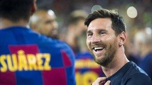 Leo Messi sonríe junto a Suárez tras el partido contra el Arsenal en la presentación del FC Barcelona para la temporada 2019-2020.