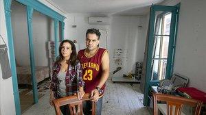 Mina y Mohamed, en el piso en el que viven junto a sus dos hijos.