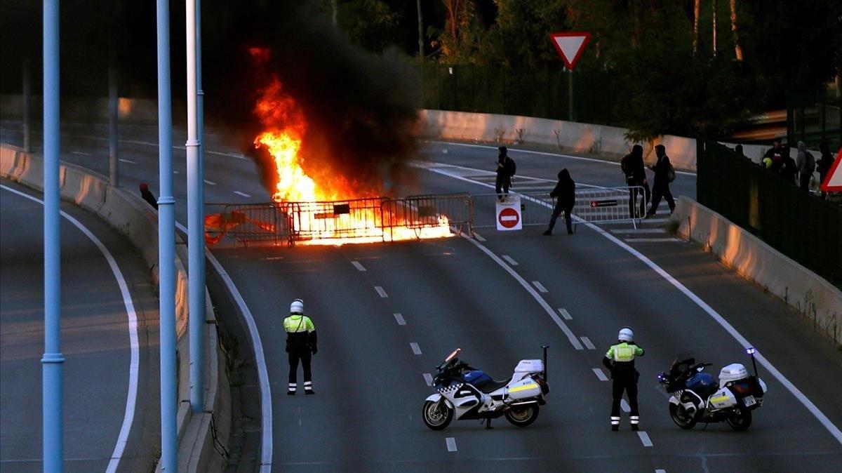 Una barricada de fuego corta la Ronda de Dalt de Barcelona a primera hora de hoy viernes.