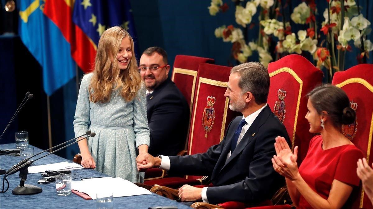Leonor de Borbón saluda a su padre, Felipe VI, en el acto de entrega de los premios Princesa de Asturias en Oviedo.
