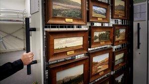 Uno de los grandes armarios, conocidos como 'peines', donde se guardan cuadros en el almacén del Prado.