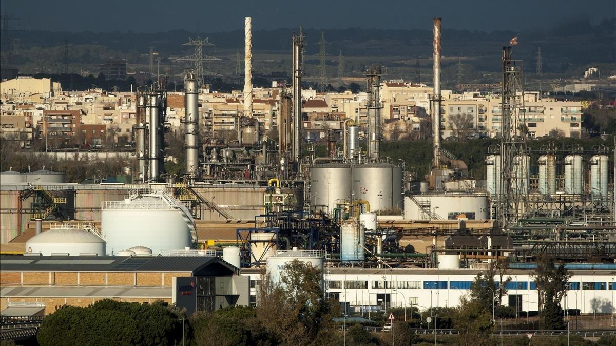 La petroquímica de Tarragona, vista desde Salou y con las poblaciones del cinturón al fondo.