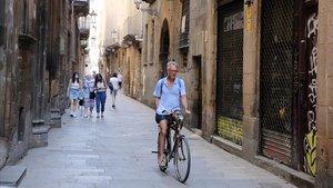 Transeúntes por la calle de Montcada de Barcelona, este lunes.