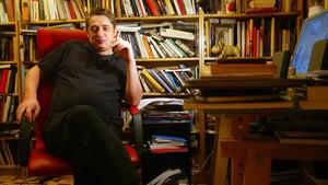 El escritor Francisco Casavella, en su casa en el 2006.
