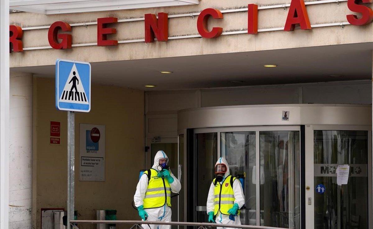 Miembros de la Guardia Real desinfectan el Hospital 12 de Octubre en Madrid.