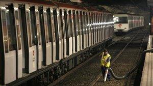 TMB retira un comboi de metro de la línia 1 al detectar amiant als baixos