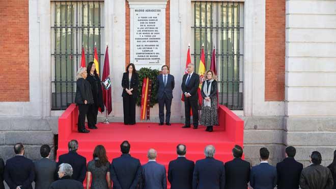 Madrid recorda les víctimes de l'11-M amb una corona de llorer a la Puerta del Sol