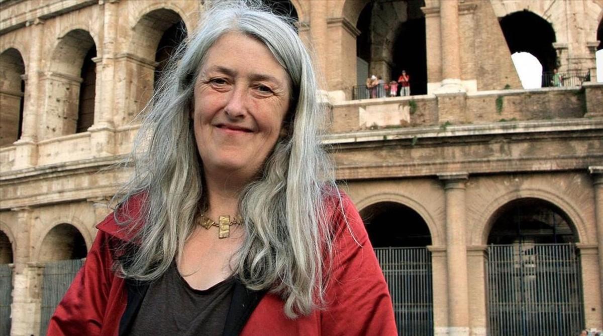 La historiador Mary Beard, frente al Coliseo.