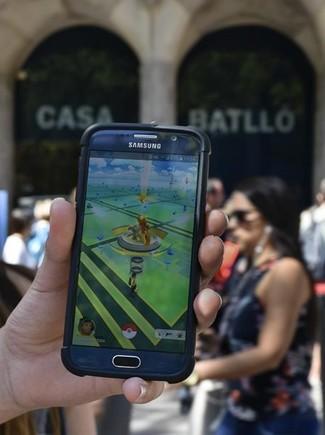 Un usuario juega al Pokémon Go ante la Casa Batlló