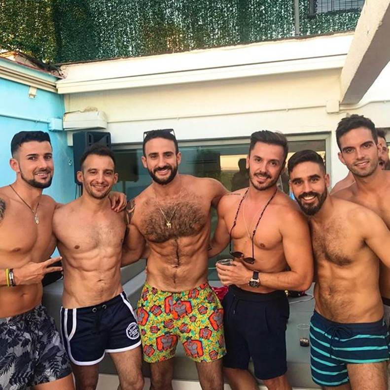 Alejandro amen bar en la piscina con un exconcursante de 39 su for Follando en la piscina gay