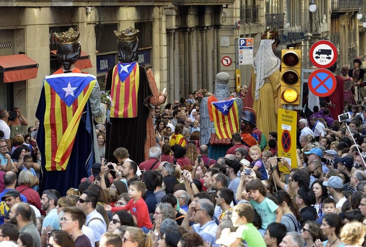 Gigantes con Estelades durante la jornada de fiesta mayor en la plaza Sant Jaume