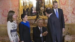undefined41367917 ecuador s president lenin moreno center shakes hands with 171219141956