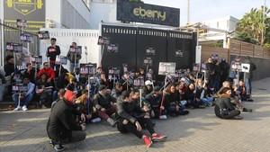 Protesta de los trabajadores de Up&Down ante la puerta de la discoteca.