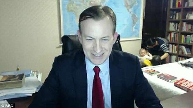 El profesor Robert E Kelly, interrumpido en el directo de las Noticias de la BBC por sus hijos y su esposa.