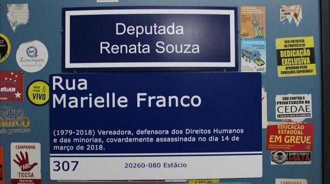 free shipping ce97c 9f717 Placa reivindicando una calle para la activista asesinada Marielle Franco.    GERMÁN ARANDA