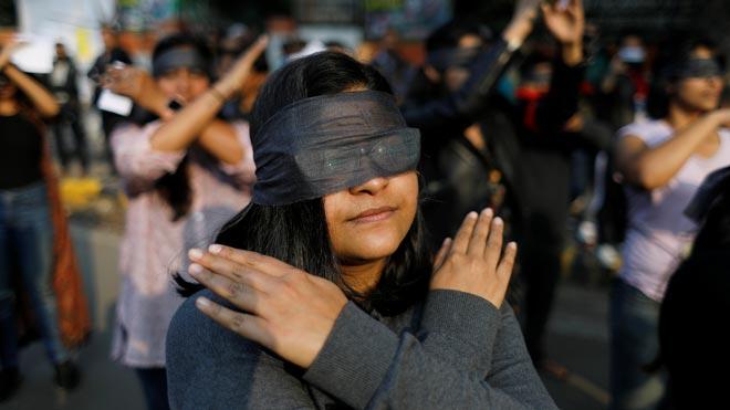 Mujeres en la India se unen para entonar 'Un violador en tu camino' en rechazo a la violencia
