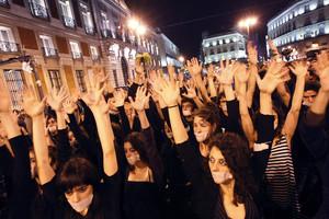 Performance de un grupo de teatro en la Puerta del Sol durate la acampada de Democracia Real Ya el noviembre de 2011.