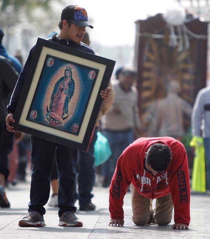 Dos hombres llegan a las inmediaciones de la Basilica de Santa Maria de Guadalupeen Ciudad de Mexico para honrar mananacomo cada 12 de diciembrea la Virgen de la Guadalupe.EFE Sashenka Gutierrez
