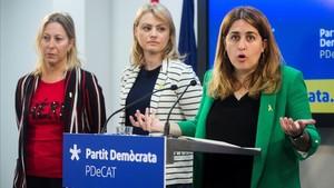 La coordinadora general del PDECat,Marta Pascal, acompañada de la candidata del partido a la alcaldía de Barcelona,Neus Munté, y dela portavoz del partido,Maria Senserrich.