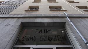 Acceso del edificio de El Masnou sometido a un presunto proceso de gentrificación.