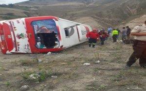 Un autobús de pasajeros se volcó en la zona andina de Ecuador.